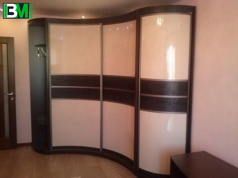 коричнево молочный радиусный шкаф купе отделка кожа