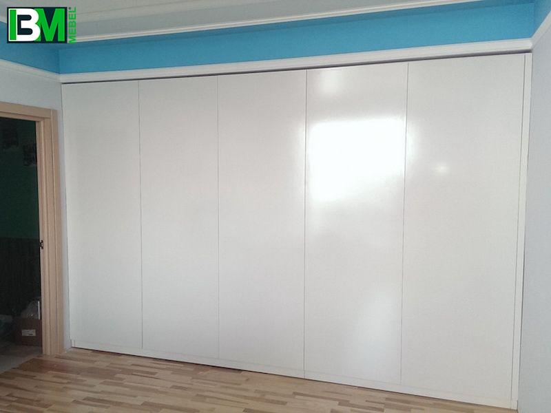 белый встроенный распашной шкаф в зал