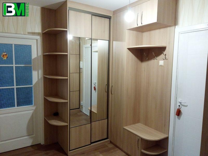 угловая коричневая прихожая со шкафом купе