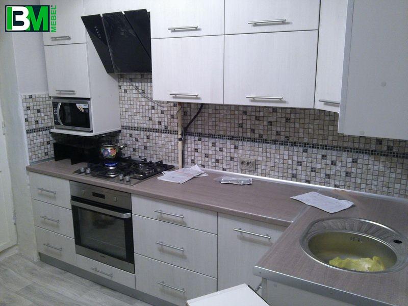 угловая кухня с пластиковыми фасадами бежевая
