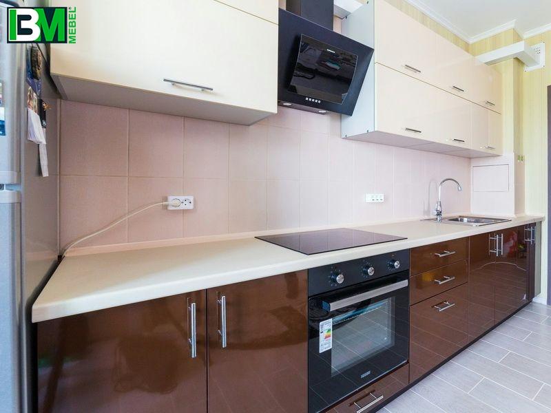 Прямая коричневая кухня из пластика с глянцевой поверхностью