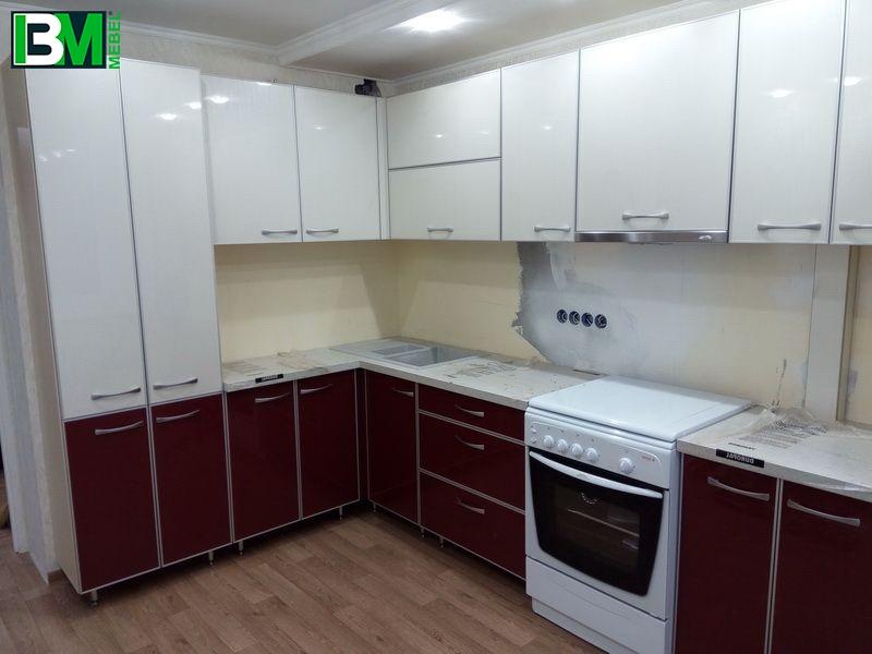 Бордовая кухня угловая акриловая с глянцевой поверхностью