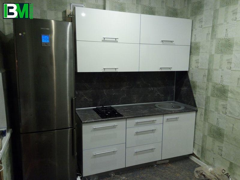 прямая кухня белая с серым из МДФ пленочного со скинали
