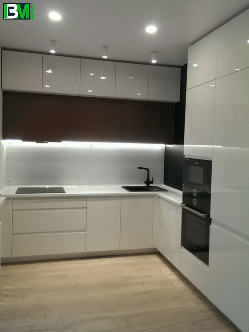 Угловая кухня белая глянцевая крашеный МДФ со скинали и холодильником