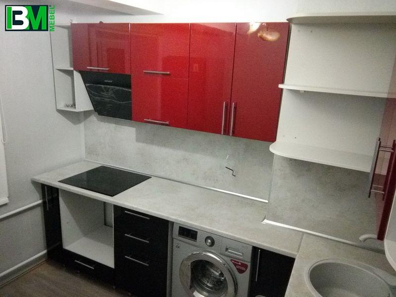 угловая красно черная кухня из пластика со скинали