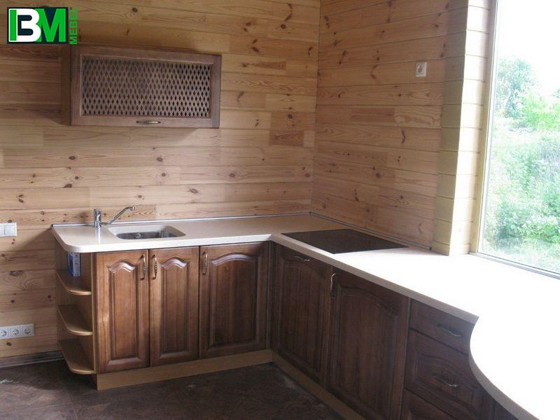 классическая деревянная кухня из массива п образная со столешницей из искусственного камня