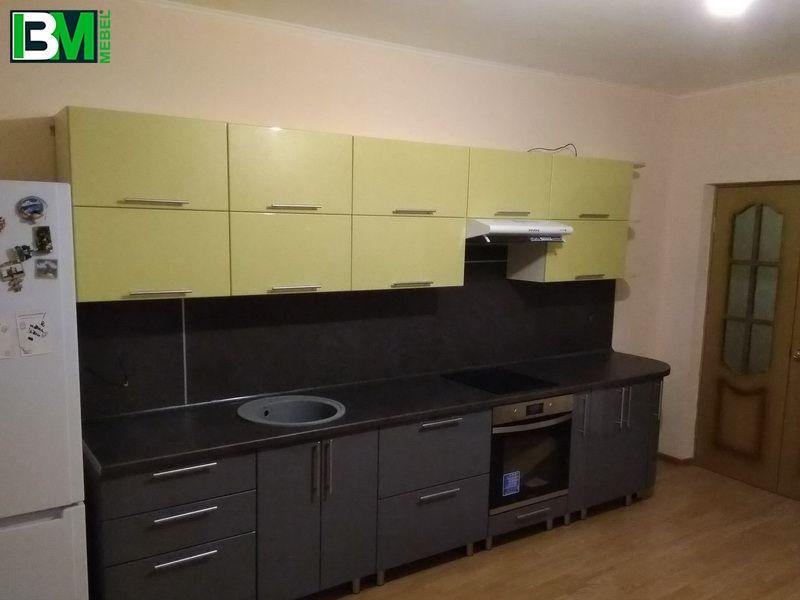 темная кухня серо зеленого цвета пластиковая со скинали