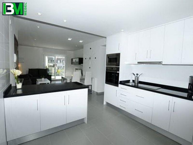 белая глянцевая кухня со столешницей из искусственного камня