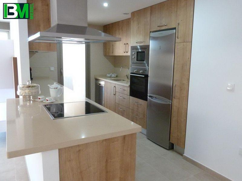 коричневая островная кухня из шпона со столешницей из искусственного камня