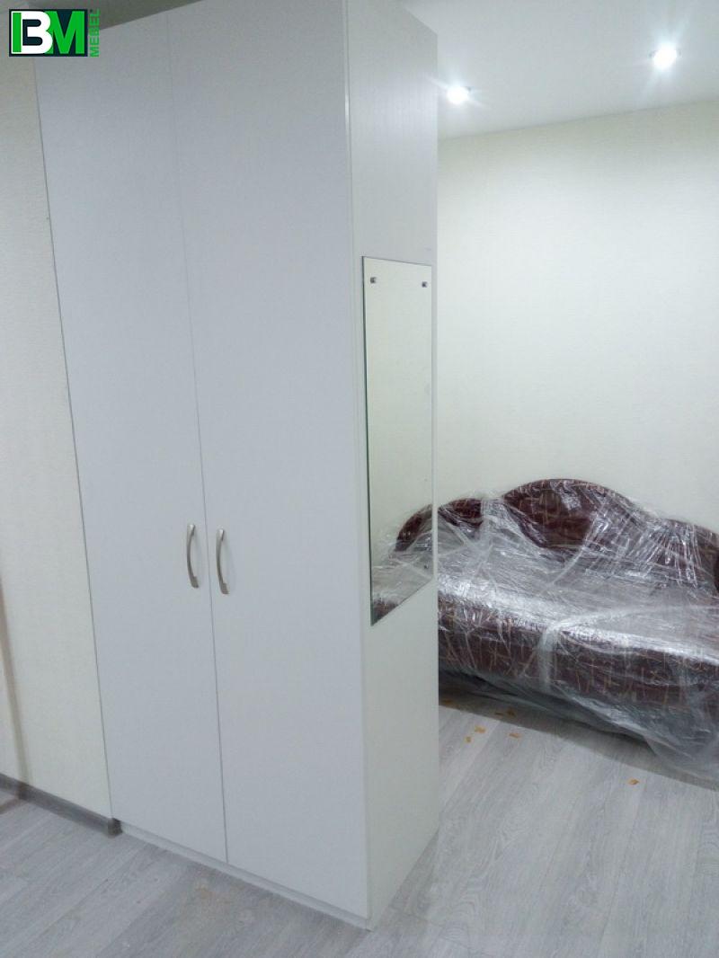 белый распашной шкаф с полками с обратной стороны