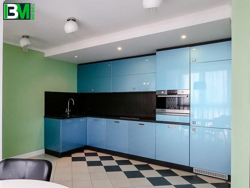 голубая угловая кухня из пластика с холодильником