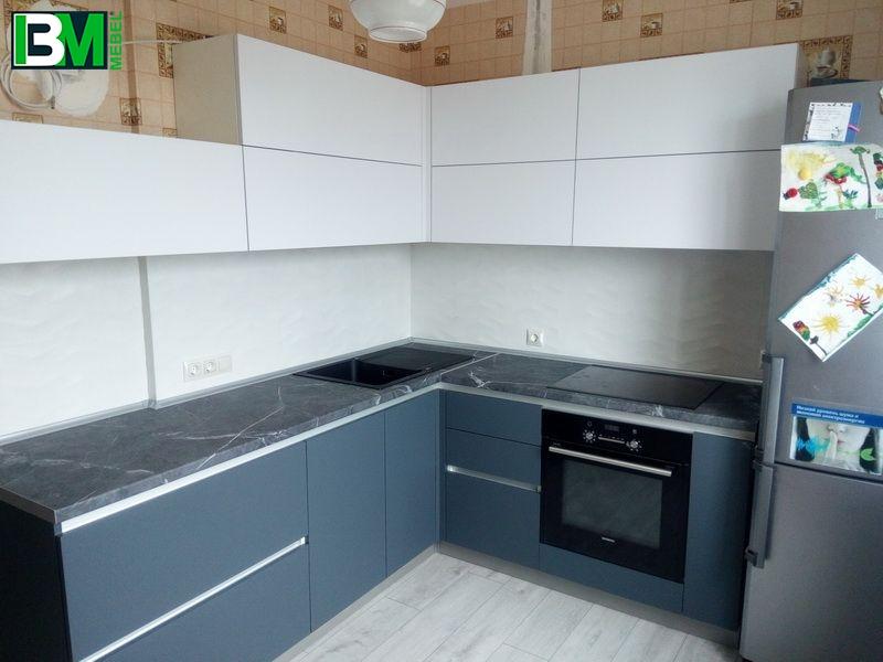 бело синяя кухня из пластика угловая с матовой поверхностью