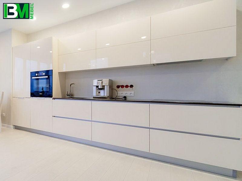 прямая акриловая кухня молочного цвета с холодильником
