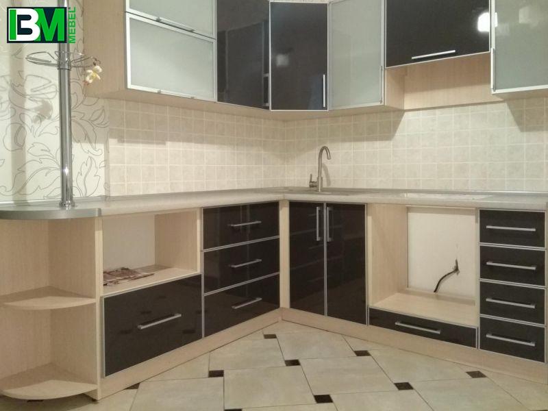 черная с бежевым глянцевая кухня из пластика с барной стойкой