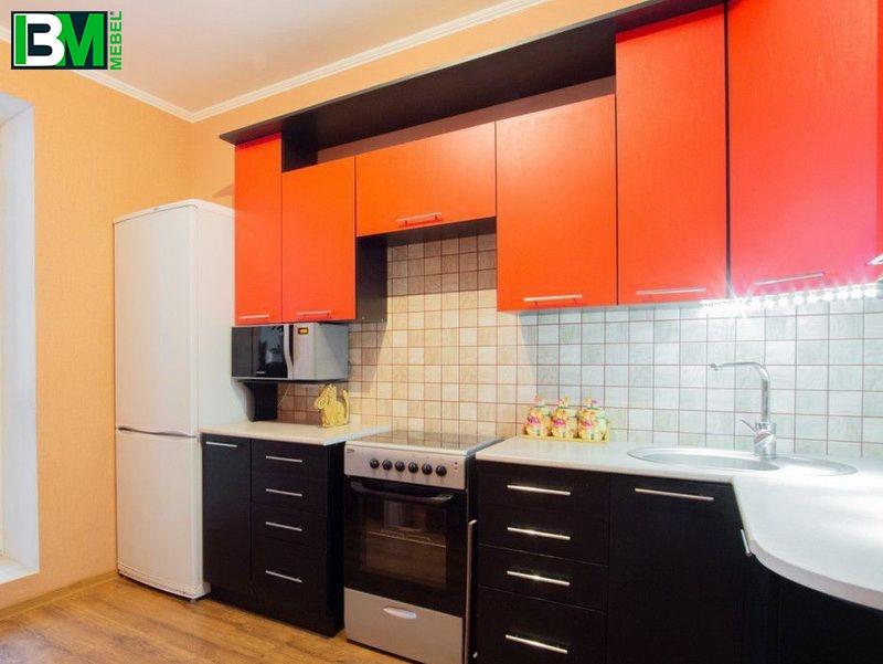 черно оранжевая угловая кухня из пластика с матовыми фасадами