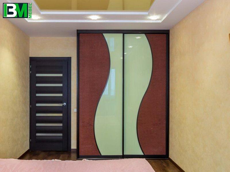 коричневый шкаф со стеклом волна