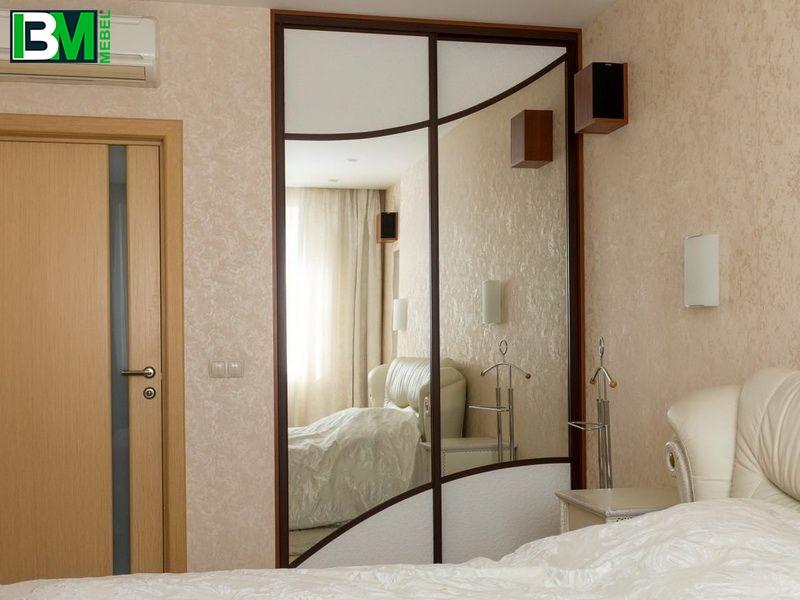 бело зеркальный шкаф купе в спальню кожа