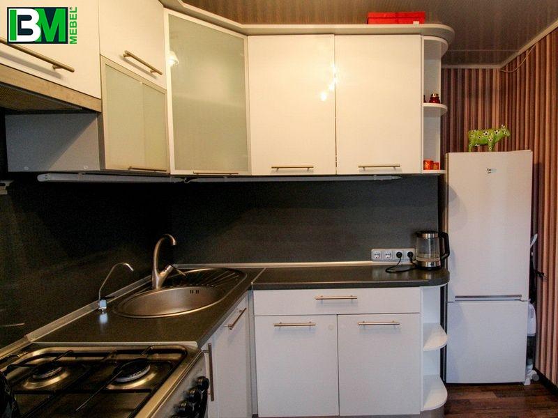 белая угловая кухня МДФ пленочный со скинали