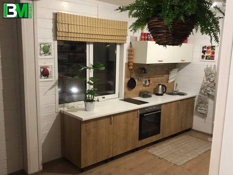 небольшая коричнево белая прямая кухня из ЛДСП