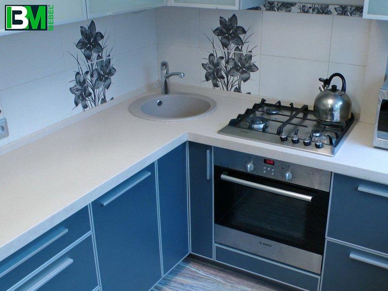 синяя пластиковая угловая кухня со столешницей из искусственного камня