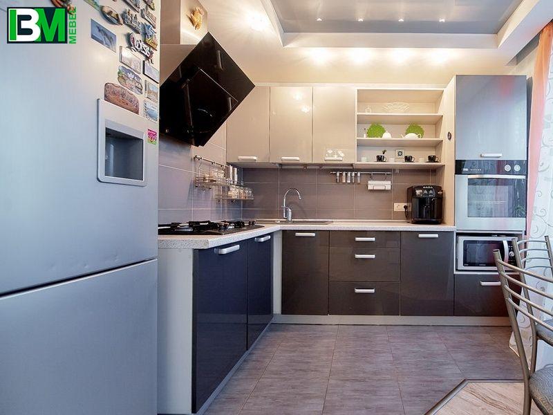 серая угловая кухня из акрила с глянцевой поверхностью
