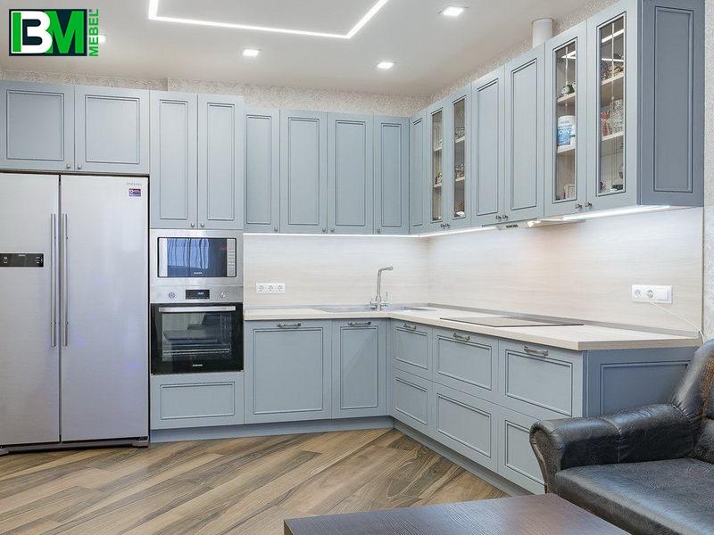 голубая угловая кухня МДФ крашенный со скинали