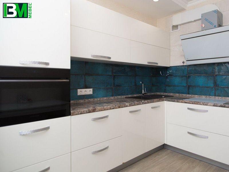 белая угловая кухня МДФ крашенный с матовой поверхностью