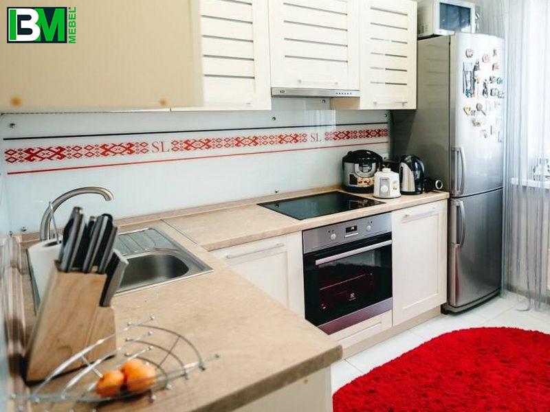 бежевая угловая кухня из ЛДСП с матовой поверхностью