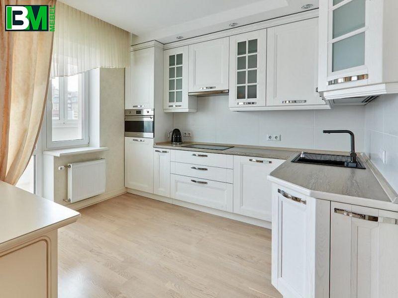 белая современная угловая кухня из массива