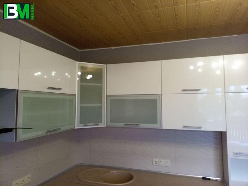 коричнево белая угловая кухня из пластика и акрила