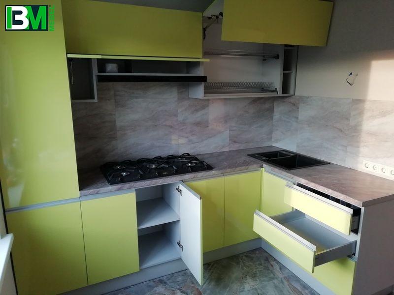 зеленая пластиковая угловая кухня с глянцем