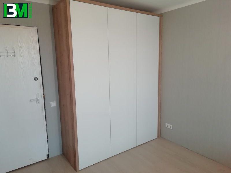 белый распашной шкаф в спальню 3 двери