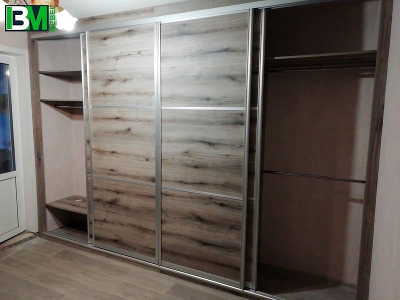 большой коричневый шкаф купе с интересной текстурой