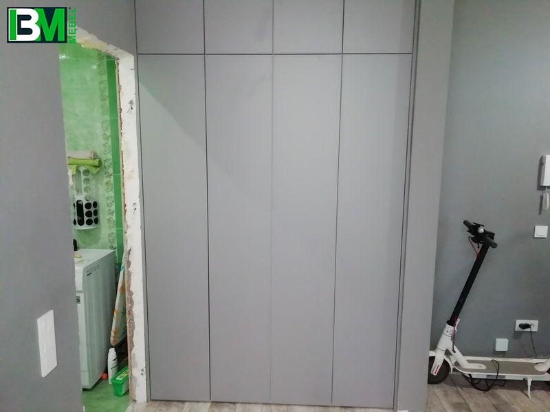 белый распашной шкаф с 4 узкими дверями