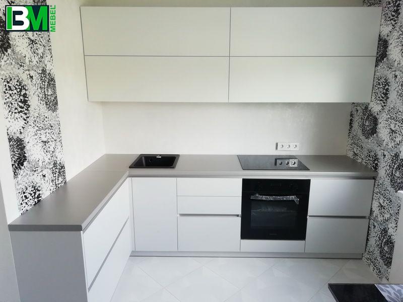 белая угловая современная кухня с фасадами ЛДСП