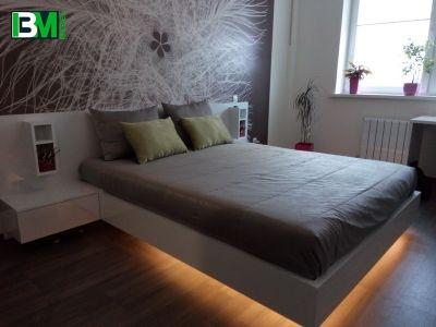 Большая двуспальная кровать с тумбочками и подсветкой