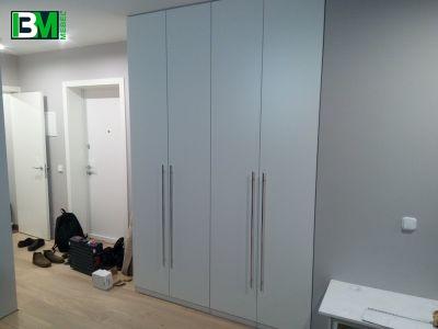 распашной белый шкаф в прихожую и спальню