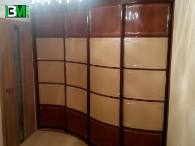 бежево коричневый радиусный шкаф купе пластик и оргстекло