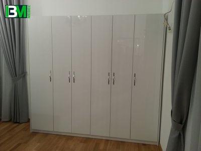 распашной отдельностоящий белый шкаф в прихожую
