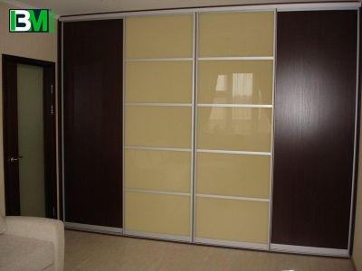 бежево коричневый шкаф купе из ЛДСП и лакобель