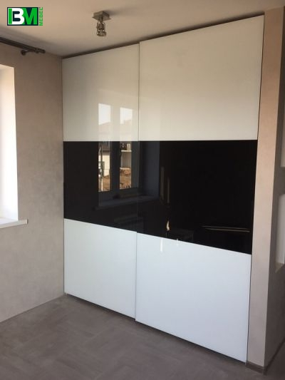 черно белый глянцевый шкаф купе лакобель
