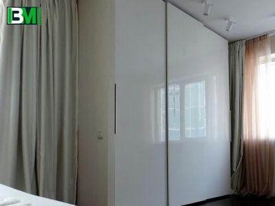 белый глянцевый шкаф купе 3 двери