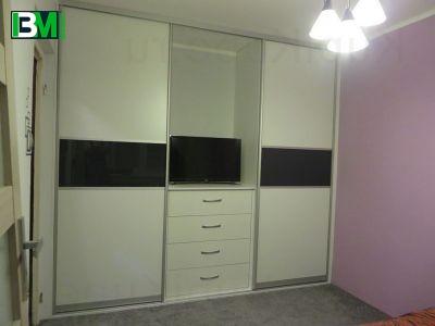 Бело черный шкаф купе в зал