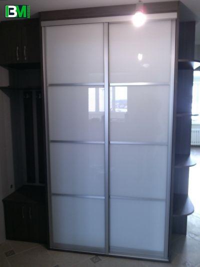 бело коричневый шкаф купе в прихожую лакобель