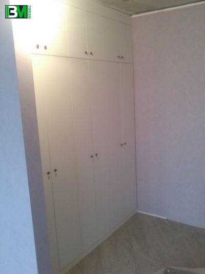 распашной встроенный белый шкаф в прихожую