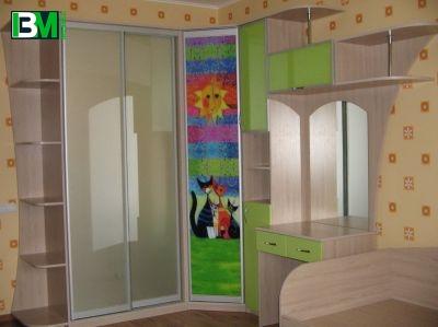 зеленый шкаф купе в детскую с фотопечатью и столиком