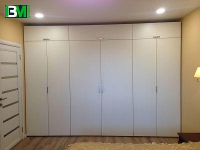 белый распашной корпусный шкаф в прихожую