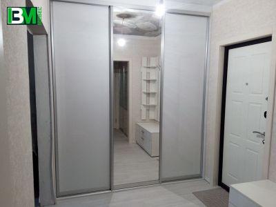 белый встроенный шкаф купе с зеркалом