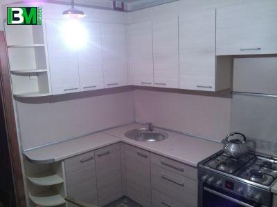 Угловая светлая кухня из ЛДСП