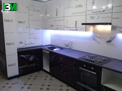 кухня угловая фиолетовая с белым акриловая